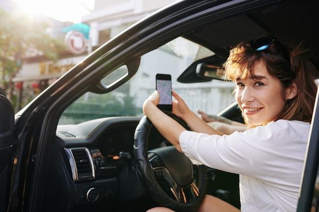 Conduire à l'aide de l'homme dans le smartphone