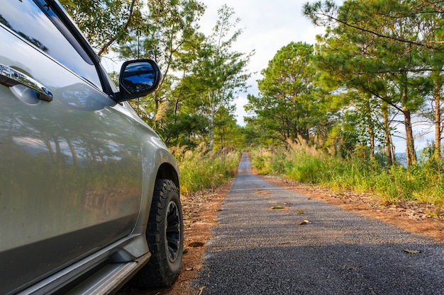 Conduire une voiture sur route en thaïlande