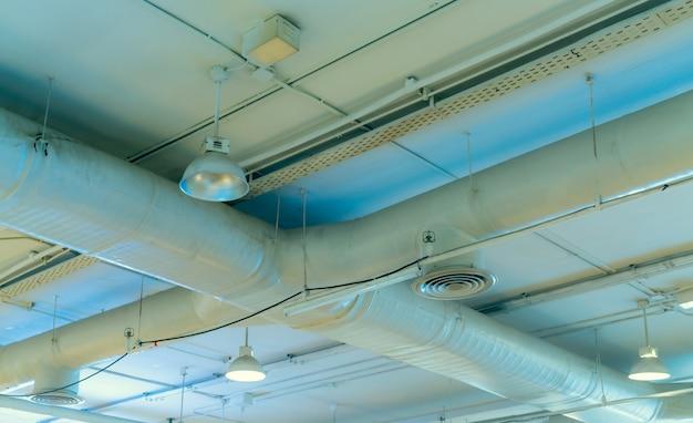 Conduit d'air, système de sécurité automatique de gicleurs d'incendie. protection incendie et détecteur. système de gicleurs d'incendie. concept d'intérieur de bâtiment. plafonnier lumineux avec lumière ouverte.