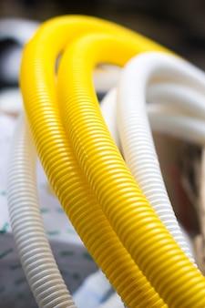 Conduit flexible jaune - enceinte pour câble à fibre optique