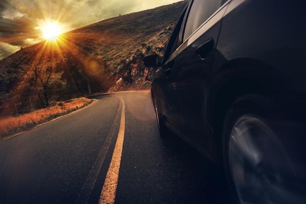 Conduite d'autoroute d'été