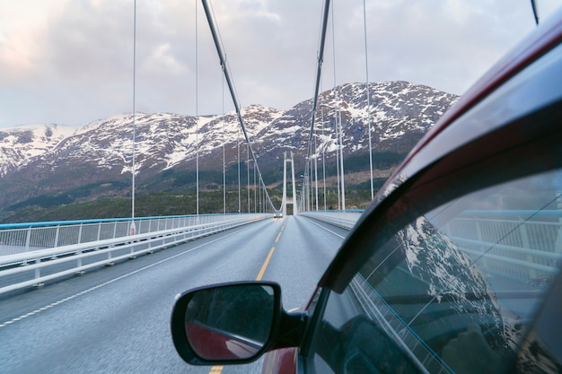 Conduite en norvège, voyage en voiture, voyage en voiture. se déplacer sur le pont.