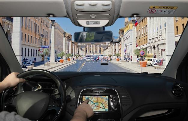 Conduite en utilisant le système de navigation, via della conciliazione, rome, italie