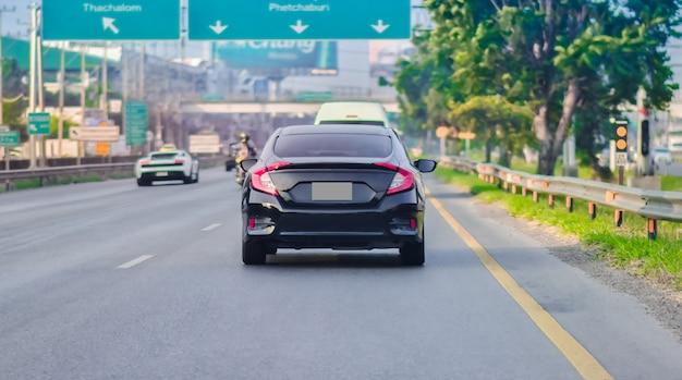 Conduite de voiture sur route et petit siège d'auto pour passagers sur la route utilisé pour les déplacements quotidiens