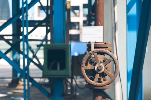 Conduites d'acier et câbles dans une usine