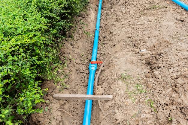 Conduites d'eau posant un chantier de construction sur le sol