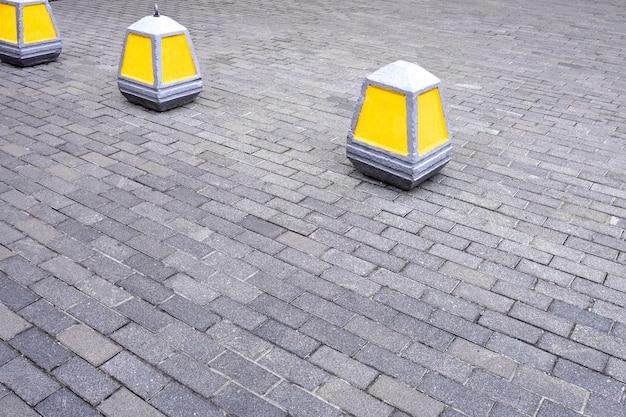 Cône d'avertissement sur l'interdiction d'entrer dans la couleur jaune sur le trottoir.