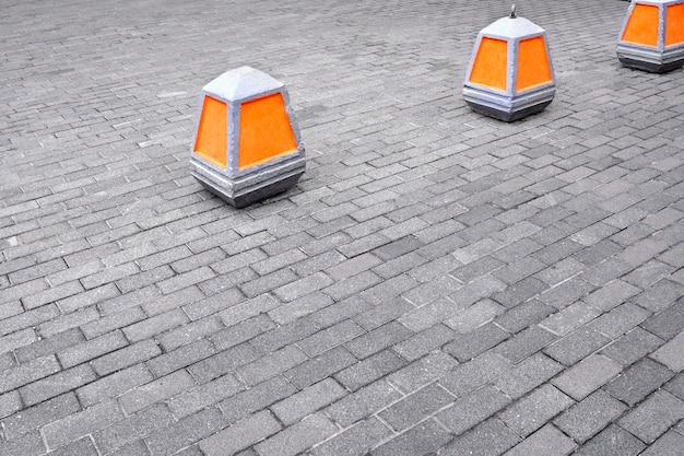 Cône d'avertissement sur l'interdiction d'entrer dans la couleur orange sur le trottoir.