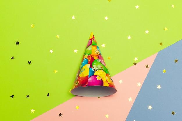 Cône de fête sur un bloc de couleurs vives