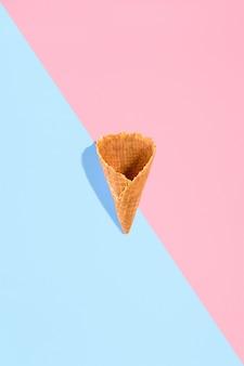 Cône de gaufre au sucre pour crème glacée disposés en motif sur fond rose et menthe l'image avec copie ...