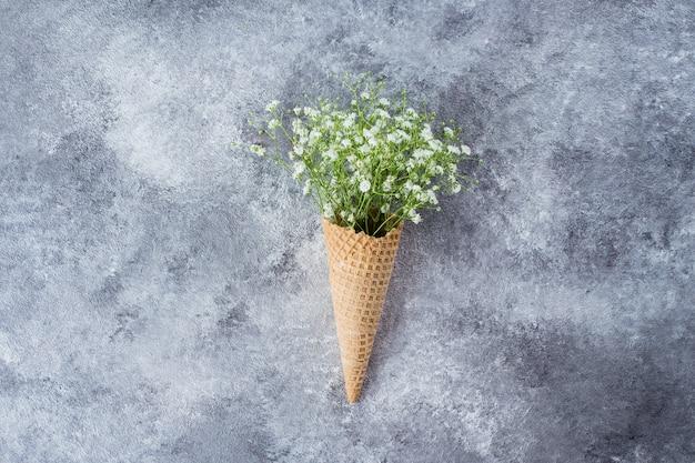 Cône de gaufre avec des fleurs de gypsophile