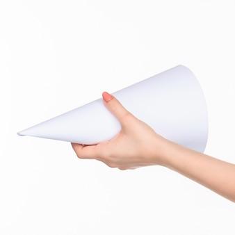 Cône en mains féminines sur blanc