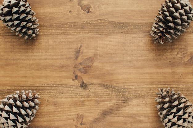 Cone pines pour composition de noël avec espace vide