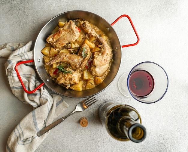 Conejo en salmorejo al estilo canario, lapin rôti à la marinade des canaries, nourriture espagnole et canarienne