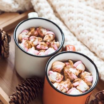 Cônes et couverture près du chocolat chaud
