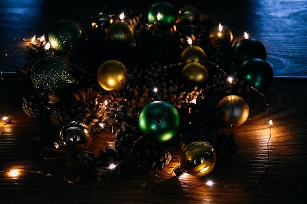 Cônes de décoration de noël et du nouvel an guirlande lumineuse atmosphère de vacances de nuit