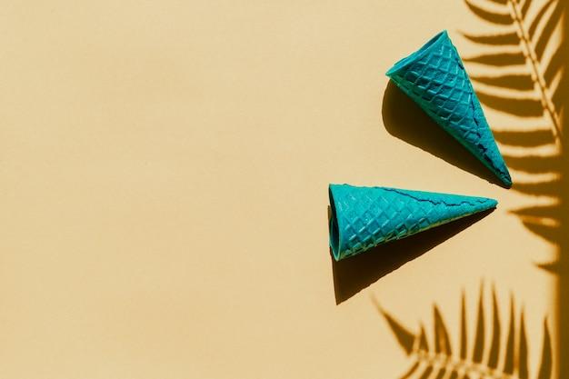 Cônes de gaufres sur l'ombre des feuilles de palmier
