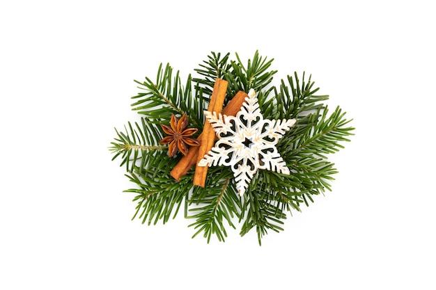 Cônes de pin et branche de sapin sur fond blanc.