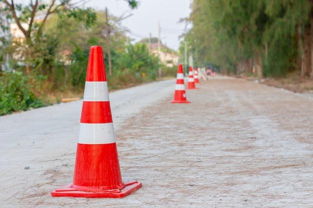 Les cônes de signalisation sont placés sur les routes en construction.