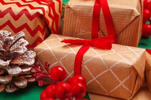 Confection de cadeaux de noël avec des rubans rouges avec une décoration