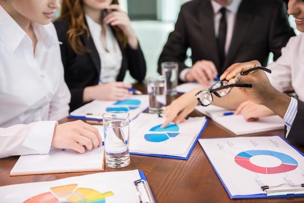 Conférence d'affaires en salle de réunion.