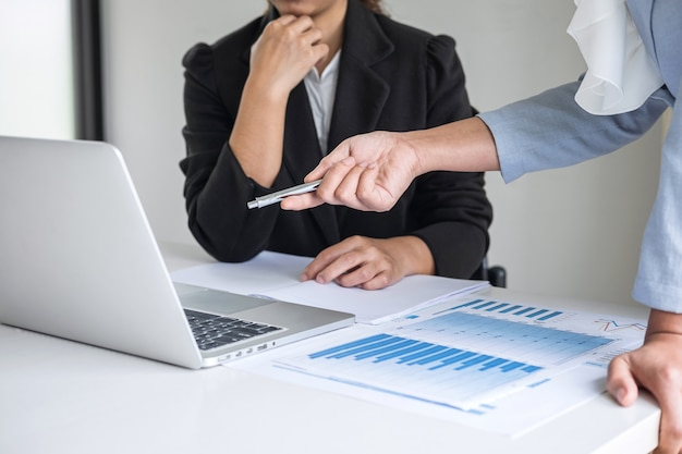 Conférence de l'équipe de chefs d'entreprise sur la présentation d'une réunion à la planification d'un projet d'investissement et à la stratégie d'une entreprise, conversation avec un partenaire, concept financier et comptable