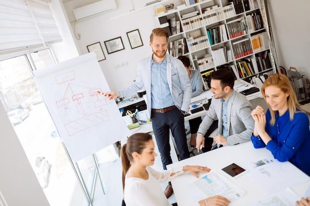 Conférence et formation en bureau d'affaires pour collègues cols blancs