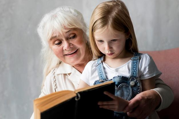 Conférence de grand-mère avec une fille