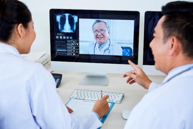 Conférence en ligne sur ordinateur à l'hôpital