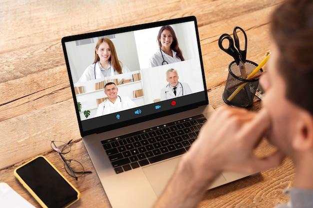 Conférence téléphonique en ligne de réunion d'équipe sur ordinateur portable