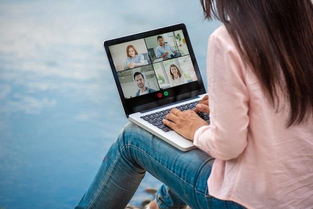 Conférence vidéo travaillant à domicile personnes à distance sociale réunion en ligne conférence d'équipe de bureau