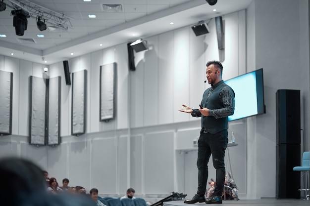 Conférencier donnant une conférence sur scène dans la salle de conférence