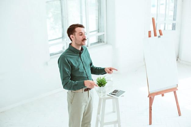 Conférencier lors d'une réunion d'affaires dans la salle de conférence. concept d'entreprise et d'entrepreneuriat.
