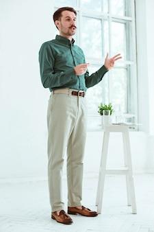 Conférencier lors d'une réunion d'affaires dans la salle de conférence.
