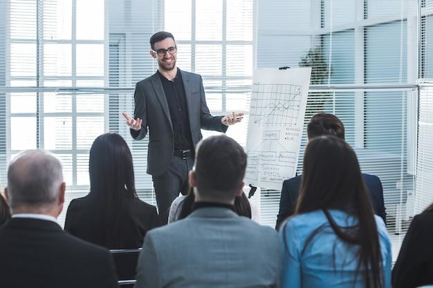 Le conférencier montre un tableau à feuilles mobiles pendant votre présentation commerciale. affaires et éducation