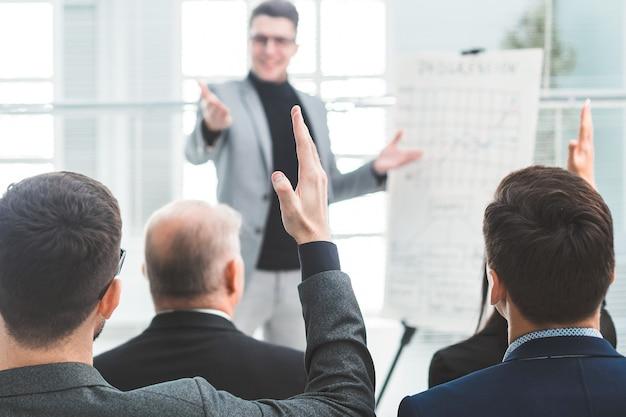 Le conférencier pose des questions pendant le séminaire d'entreprise. affaires et éducation