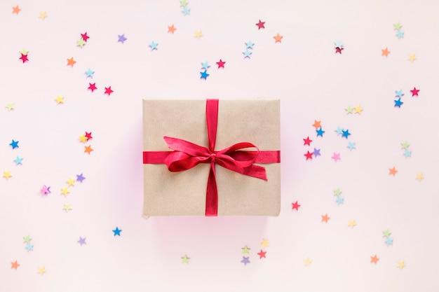 Confetti autour de belle boîte-cadeau