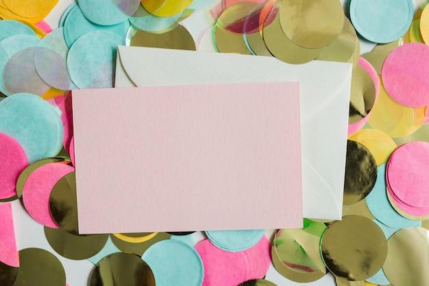Confetti doré coloré vue de dessus avec enveloppes
