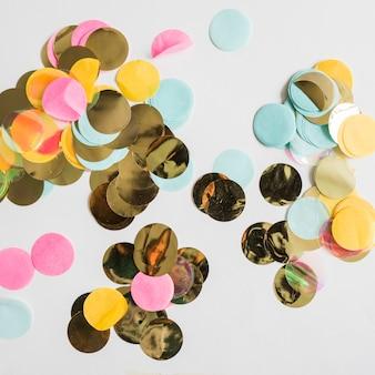 Confetti doré coloré vue de dessus