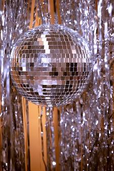 Confetti et globe en argent pour la fête du nouvel an
