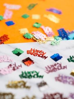 Confetti de mots joyeux anniversaire coloré