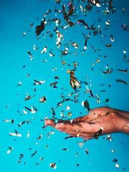 Confetti tombant sur la main