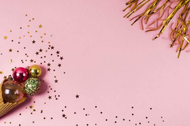 Confetti vue de dessus et cornet de crème glacée