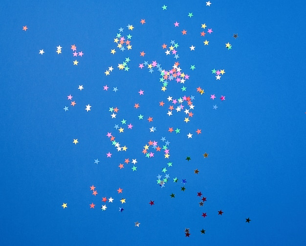 Confettis brillants multicolores en forme d'étoiles