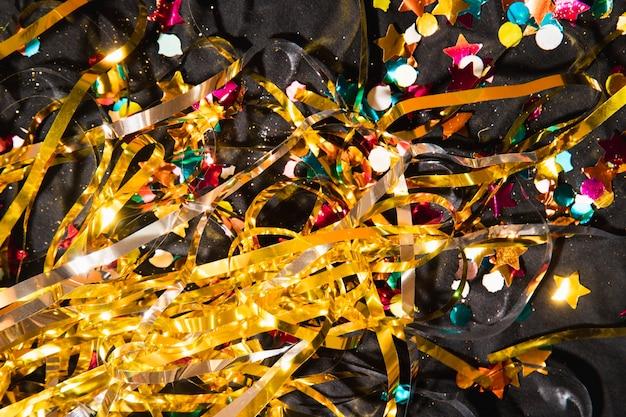 Confettis colorés à angle élevé pour la fête du nouvel an
