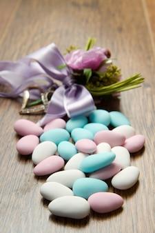 Confettis colorés sur bois