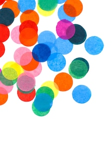 Confettis colorés sur fond blanc avec espace de copie.