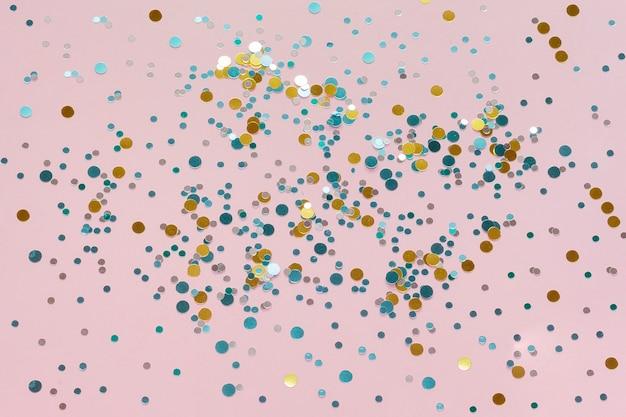 Confettis colorés et or haute vue