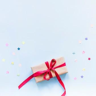 Confettis couché près du présent