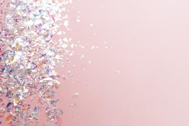 Confettis en feuille de perle néon sur fond rose clair